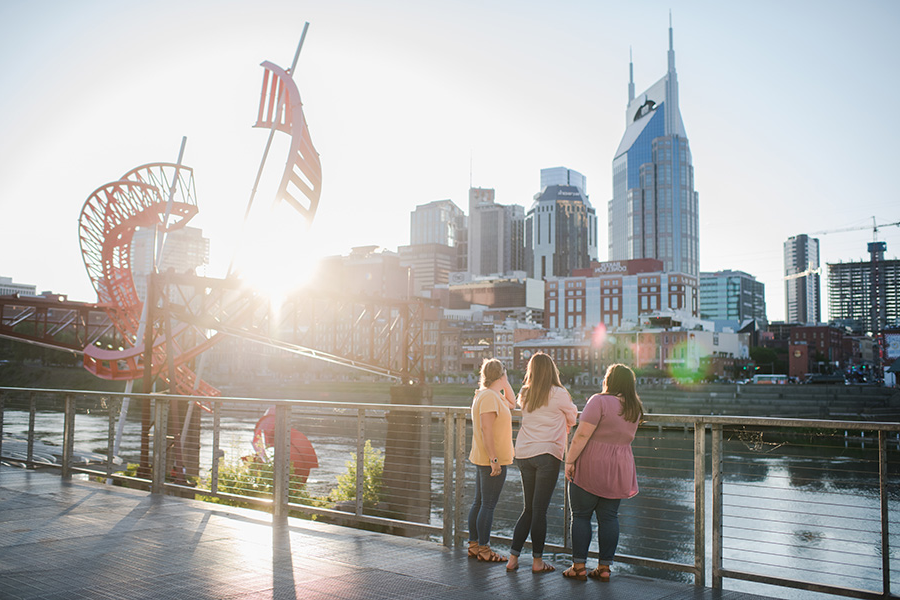 Students enjoy a walk at the park by Cumberland River and the 纳什维尔 skyline.